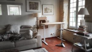 Bureau assis-debout qui permet d'alterner les position - Exemple d'aménagement pour chez soi